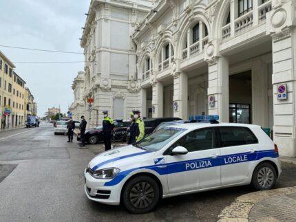 Controlli delle forze dell'ordine presso la stazione ferroviaria di Falconara