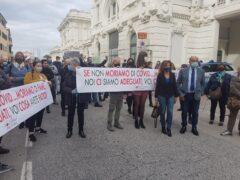 Protesta a Falconara contro la chiusura delle attività