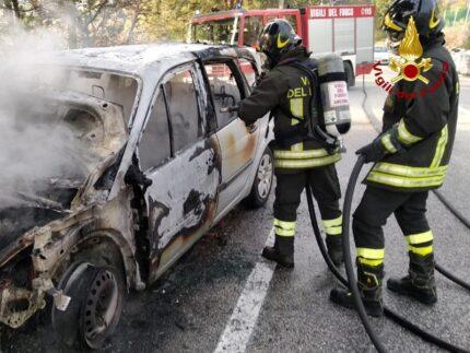 Auto in fiamme presso la frazione anconetana del Poggio