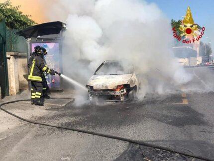 Incendio di un'automobile a Palombina
