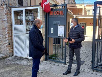 Massimo Bacci in visita alla sede jesina della Cgil